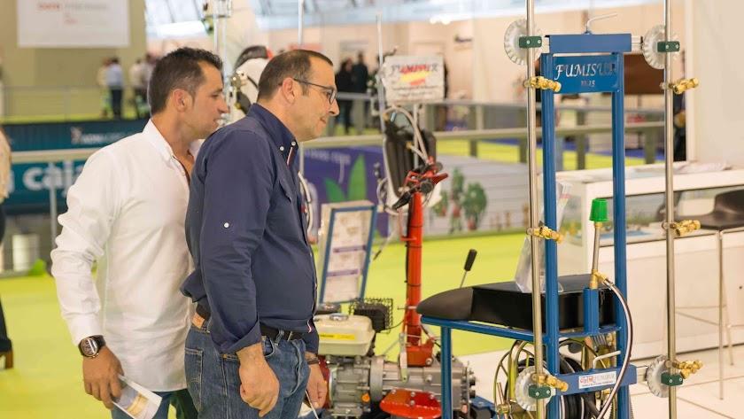 Productores agrícolas informándose, en Infoagro Exhibition 2017, sobre instrumental necesario en su labor diaria.
