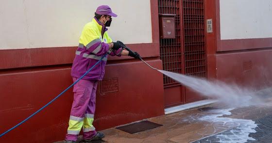 Siguen los dispositivos de limpieza intesiva en Almería: ahora en La Cañada