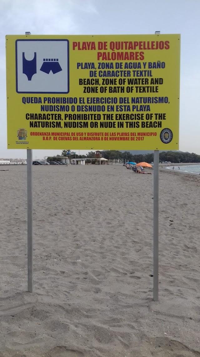 Cartel que prohíbe el nudismo en la playa de Palomares.