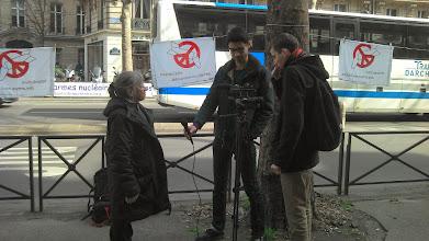 Photo: Marie Claude interviewée par des journalistes étudiants.