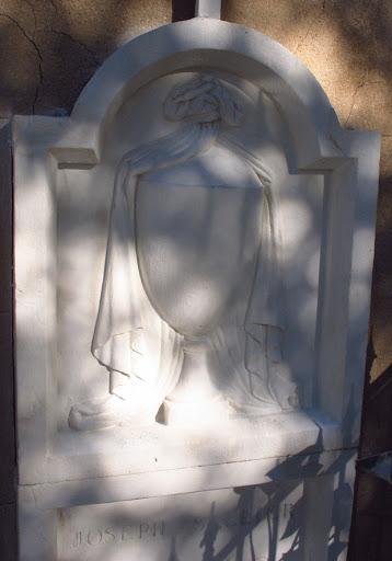 Stèle classique avec ornement de vase et de drapé