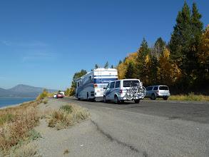 Photo: Des voyageurs ''organisés'' à l'américaine, le monospace est accroché derrière le bus.