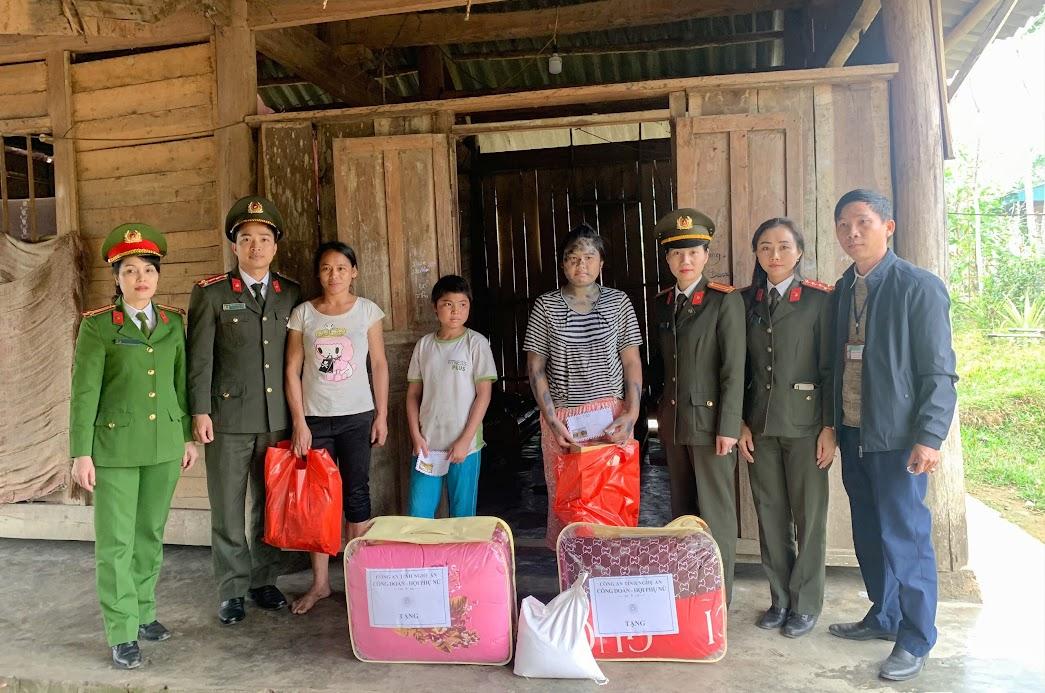 Công đoàn và Hội phụ nữ Công an tỉnh Nghệ An thăm hỏi, tặng quà cho các gia đình có hoàn cảnh đặc biệt khó khăn