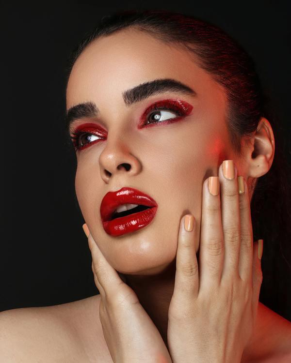 foto de uma mulher branca com a mão no rosto