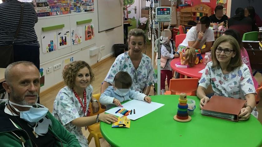Los docentes, en primer término, sentados junto a uno de sus jóvenes alumnos.