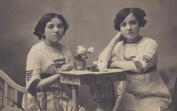 Photo: a la dreta Maria Sobrepera, a l'esquerra la seva germana © Family Archive (Mdm. Narcisa Toldrà)