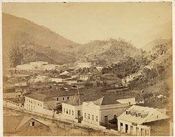 Photo: Rua Marechal Deodoro, antiga Rua Princesa D. Januária. A primeira casa que se vê à esquerda era a antiga sede da Fazenda do Córrego Seco. Mais ao fundo vê-se o Palácio Imperial e, à direita, o Palácio do Grão-Pará. Foto de 1860