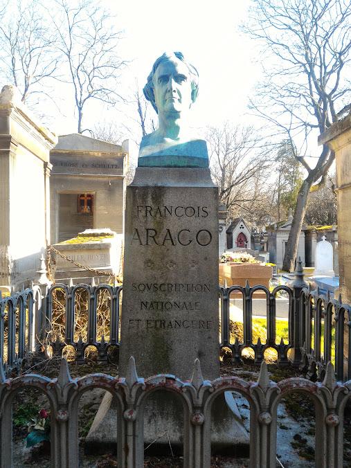 ペールラシェーズ墓地 4地区 下に地図があります - パリの墓地