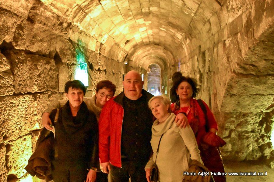 Гид в Иерусалиме Светлана Фиалкова с туристами на экскурсии в тоннеле Стена Плача.