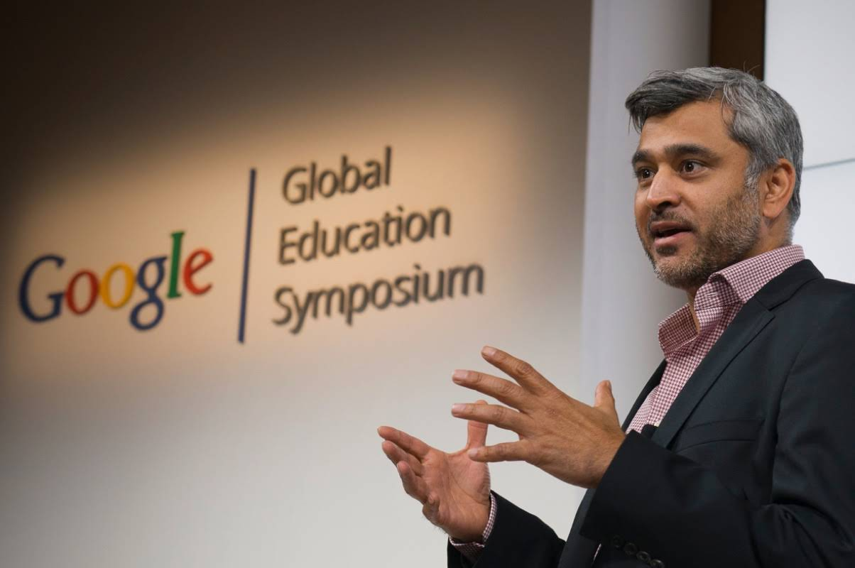 Mann som snakker på scenen under et Google Global Education-symposium