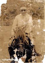 Photo: H.Andi Mappanyukki bersama kudanya Sanrego yang dipelihara sejak tahun 1957. Raja Bone I tanggal 17 Mar 1931 - Februari 1946 Reja Bone II tanggal  Mei 1950 - 21 Mei 1960. H.Andi Mappanyukki dilahirkan pada tahun 1885 di Jongaya, Gowa, wafat 18 April 1967 di Jongaya, Gowa dan dimakamkan di Taman Makam Pahlawan Panaikang, Makassar.