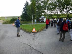 Photo: Dort am Ortsende von Haselbach hat die Feuerwehr schon alles zu unserer Sicherheit markiert. Denn hier ist die 2. Station. Das Marterl ist übrigens ein Pestmarterl.