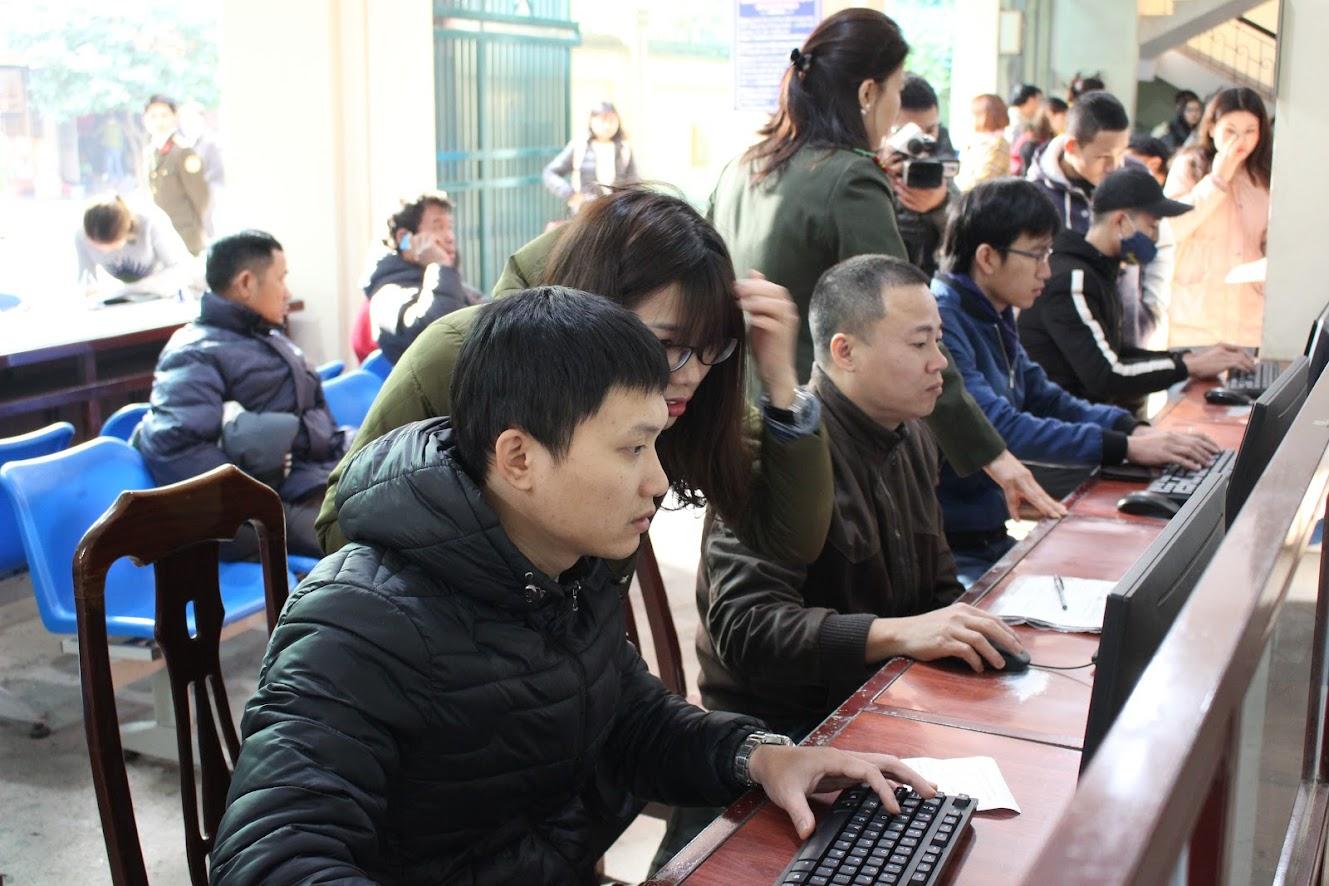 Người dân đăng ký làm thủ tục qua mạng internet