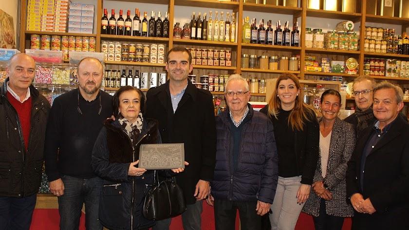 El alcalde, la concejala y la gerente de Almería Centro con el propietario y herederos del fundador de Casa Blanes.
