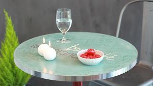 table-bistrot-incrustation-logo-en-beton-cire-decoratif-mobilier-sur-mesure-cafe-hotellerie-restauration-chr-les-betons-de-clara-hauts-de-seine-val-de-marne-saint-denis-paris.jpg