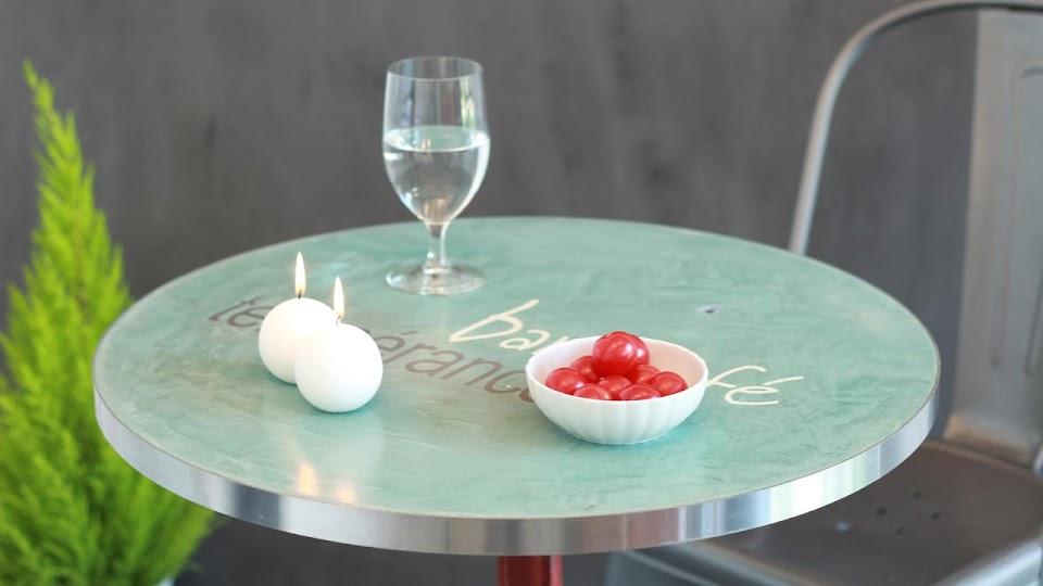 Table Bistrot en béton ciré avec incrustation de logo