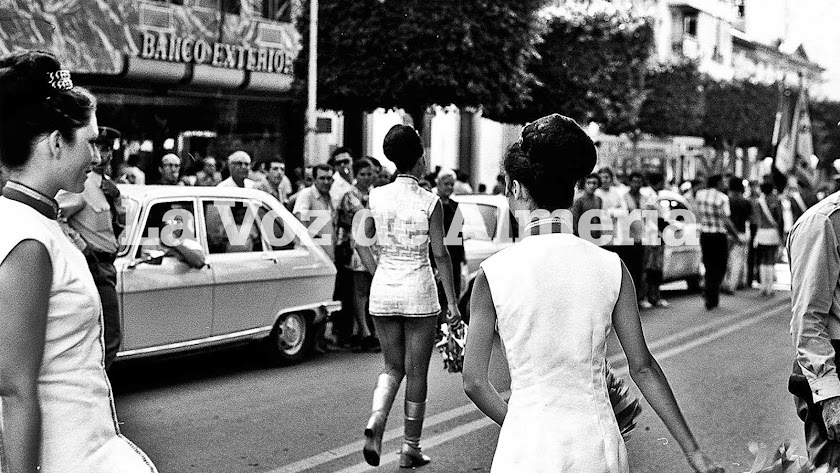 Las majorettes francesas nos enseñaron un nuevo modelo de minifalda en 1972.