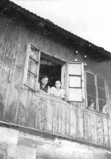 Zdjęcie: Od lewej Pelagia Dobaj, ??. Zdjęcie wykonane wlatach 50 - tych. Budynek p. Leżucha. (fot. zarch. Izabeli Rogóż zd. Dobaj)