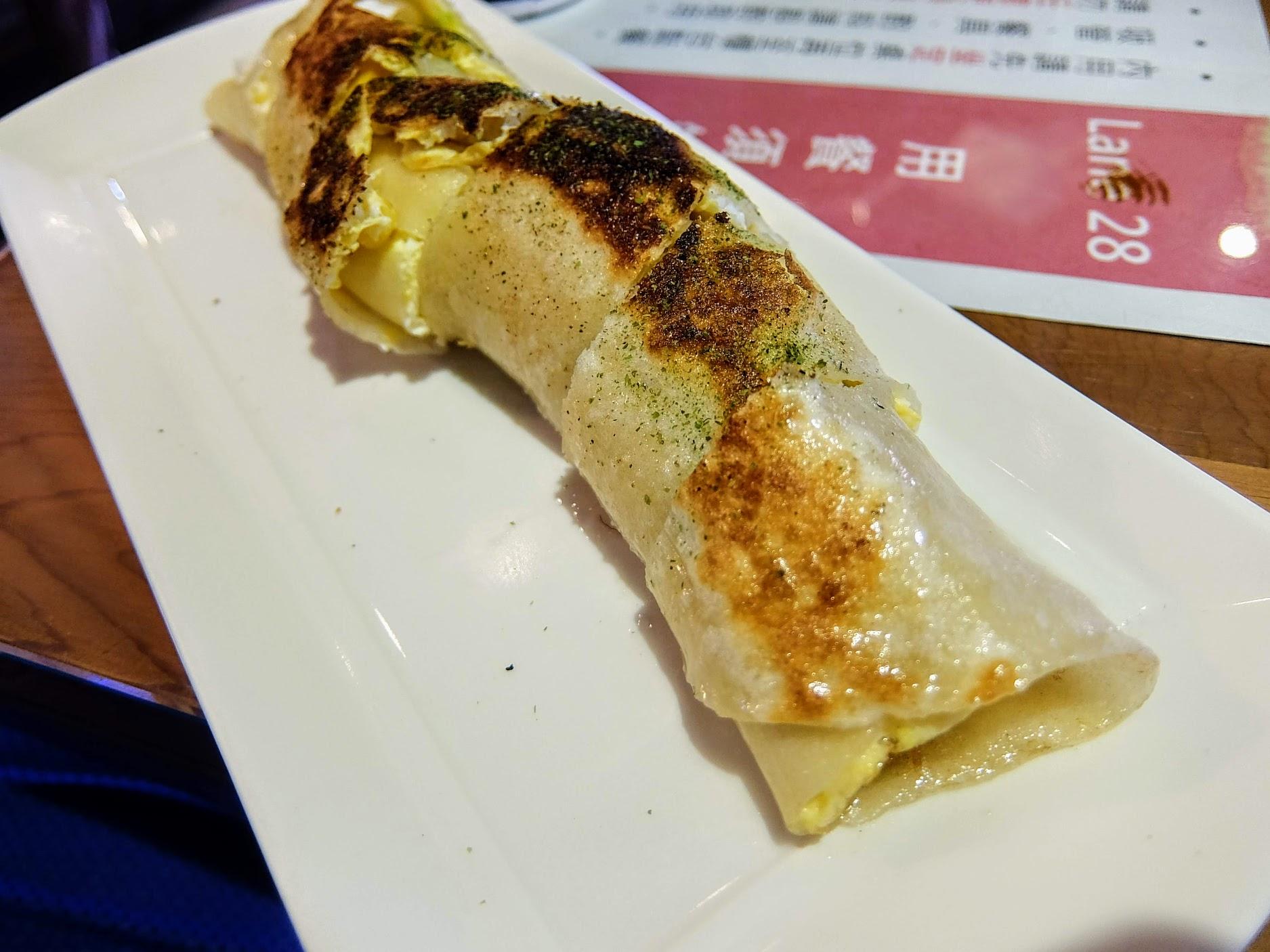 凱薩蛋餅,中間是夾著凱薩沙拉,蛋餅厚,只是沒有以前那種fu