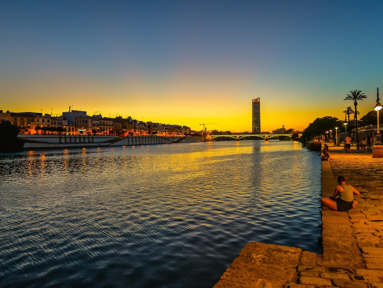 Atardecer en el río Guadalquivir en Sevilla