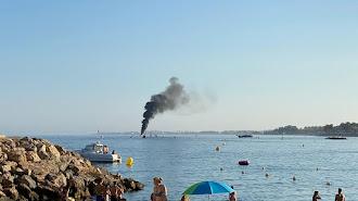 La embarcación ha comenzado a arder a 200 metros de la orilla.