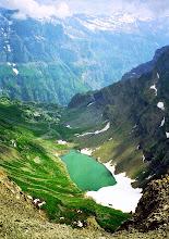 Photo: Blick vom Pointe de la Golette über den Lac de Vogealle  ins Naturschutzgebiet Fer a Cheval - Weitere Infos zu Touren in Savoyen:  http://pagewizz.com/liste-wanderungen-und-ausfluege-in-hochsavoyen-frankreich/