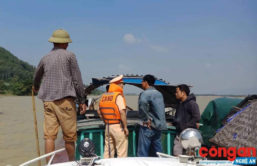 CBCS Đội Thủy đội phát hiện tàu khai thác trái phép tại khu vực xã Cát Văn, huyện Thanh Chương.