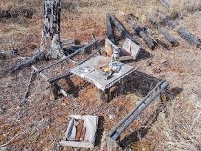 Остатки сгоревшего жилища в лесу недалеко от курорта Молоковка