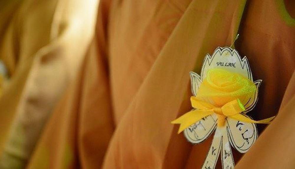 Lý giải nguyên nhân vì sao tu sĩ cài bông hồng vàng trong lễ Vu Lan