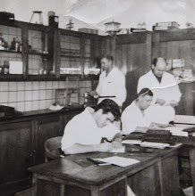 Photo: Werkzaamheden op het laboratorium van de zuivelfabriek in Eext. Geert Hilbrands, Hindrik Jan Homan, Geert Koerts en Arend Darmeveil.