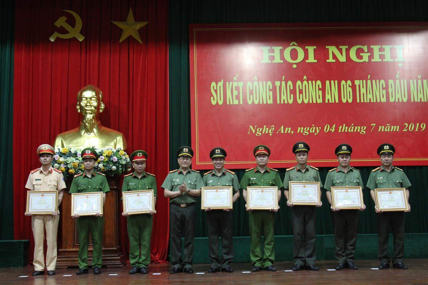 Đồng chí Giám đốc Công an tỉnh tặng Bằng khen của Bộ Công an cho các cá nhân, tập thể có thành tích xuất sắc trong công tác