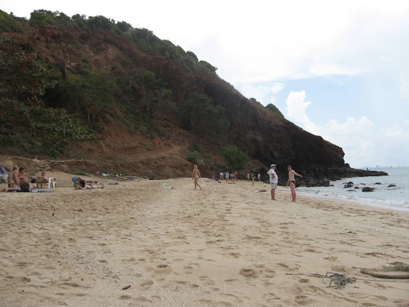 Остров Ко Лан пляж обезьян