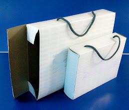 Photo: Caixas com alças geralmente utilizadas para embalar peças de roupas.
