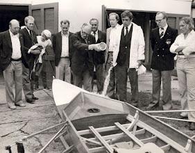 """Photo: 1979. Ved roklubbens 75 års jubilæum døbte Ejnar Larsen en gigdobbeltsculler med styrmand """"Phønix"""". Bådebyggeren var Carl Poulsen, som havde værksted bag klubhuset. Den glade giver var GOR samt firmaet Phønix, som havde doneret kr. 4.000,-."""