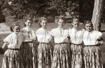 Photo: Táncos lányok az 1950-es években, kastélypark, Csicsó balról jobbra: Kovács Mária-Ottné-Szalainé,  Magyarics Valéria-Tarcsiné, Mydliar Irena, Črep Irena, Ádám Margit-Nagyné, Szalai Margit-Belákné