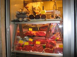 Photo: Ok, ein Metzger ist auch unter den Händlern.