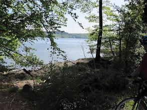 Photo: Zunächst führt der Weg noch am Möhnesee entlang...