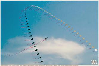 Photo: Tanz, mein Drache, tanze, dreh im Winde dich! Bunte Blätter wirbeln und begleiten dich. Steig, mein Drache, steige in die Luft hinauf!
