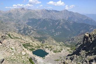 Photo: A Maniccia /2496 m/, Punta Mufrena /2950 m/, Monte Rotondo /2622 m/, Petra Niella /2345 m/, Punta Felicina /2437 m/ a  Monte Cardo /2453 m/, v popredí jazero Lac d´Oro