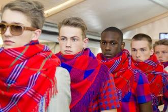 Photo: Nueva colección de Louis Vuitton inspirada en los tejidos de los Maasai.