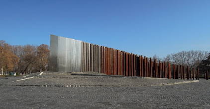 Photo: Az emlékmű Csíkszentmihályi Róbert szobrász és Schilling Róbert építész tervei alapján készült