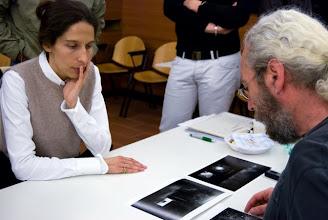 Photo: Laura MARCOLINI legge il portfolio di Francesco COMELLO