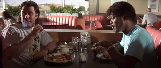 """Photo: John Travolta e Samuel L. Jackson na cena da cafeteria de """"Pulp Fiction"""". Neste ponto já entendemos o porque estão vestidos desta forma."""