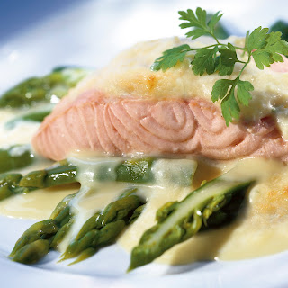 Spargel-Lachs-Gratin mit Kartoffelsahne
