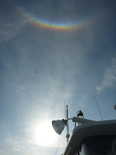 Photo: おおおーっ!? 船の上に変な形の「虹」が出てます!