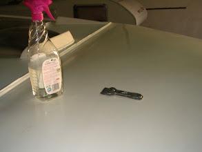 Photo: Antes de pulir el perfilado, se limpia bien, se rasca las imperfecciones con una cuchilla. Luego se limpia con limpiacristales.