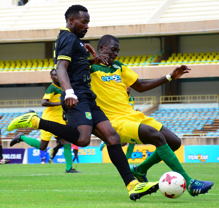 Zoo kericho's Collins Netto (L) challenges Lennox Ogutu of Mathare during their Premier League match at Moi Stadium, Kasarani.