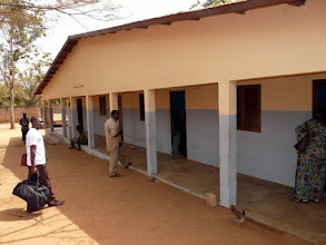 Photo: nous avons payé la restauration totale des bâtiments en peinture, pour apporter plus d'hygiène et les protéger davantage des insectes prédateurs