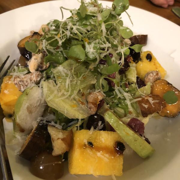 菜色精緻,尤其是麻油雞燉飯,梅醬花園沙拉也很特別