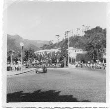 Photo: O piloto Chico Landi em sua BMW correndo pelo circuito automobilístico de Petrópolis, passando na curva em frente à Catedral. Foto de 1968